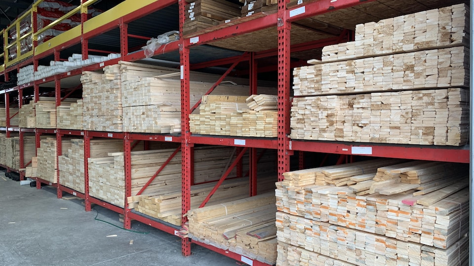 Du bois dans l'entrepôt d'une quincaillerie.