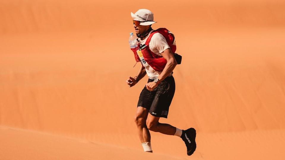 Mathieu Blanchard court sur le sable du désert du Sahara, au Maroc.