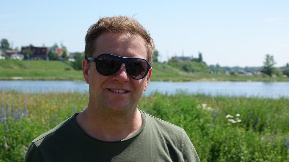 Mathieu Boudreau est photographié devant un plan d'eau.