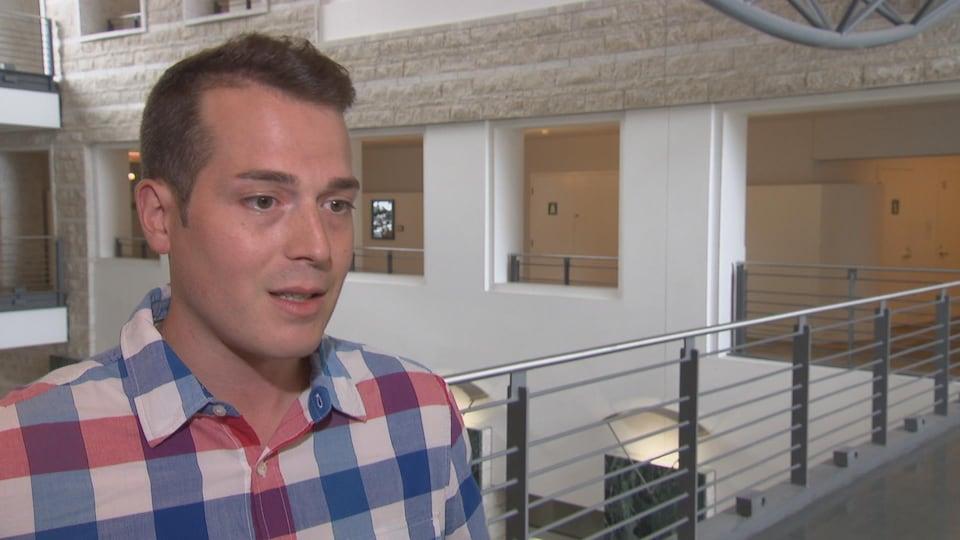 Mathieu Fleury répond aux questions d'une journaliste.