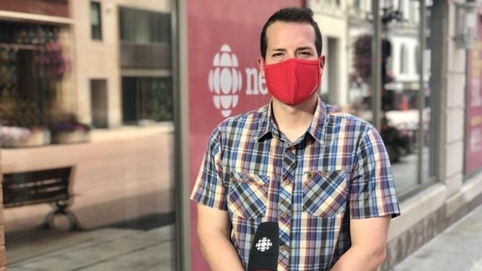 Mathieu Fleury en entrevue devant les locaux de Radio-Canada rue Sparks à Ottawa.