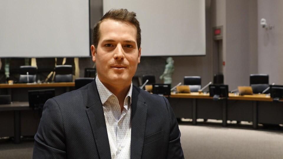 Mathieu Fleury dans la salle du conseil municipal.