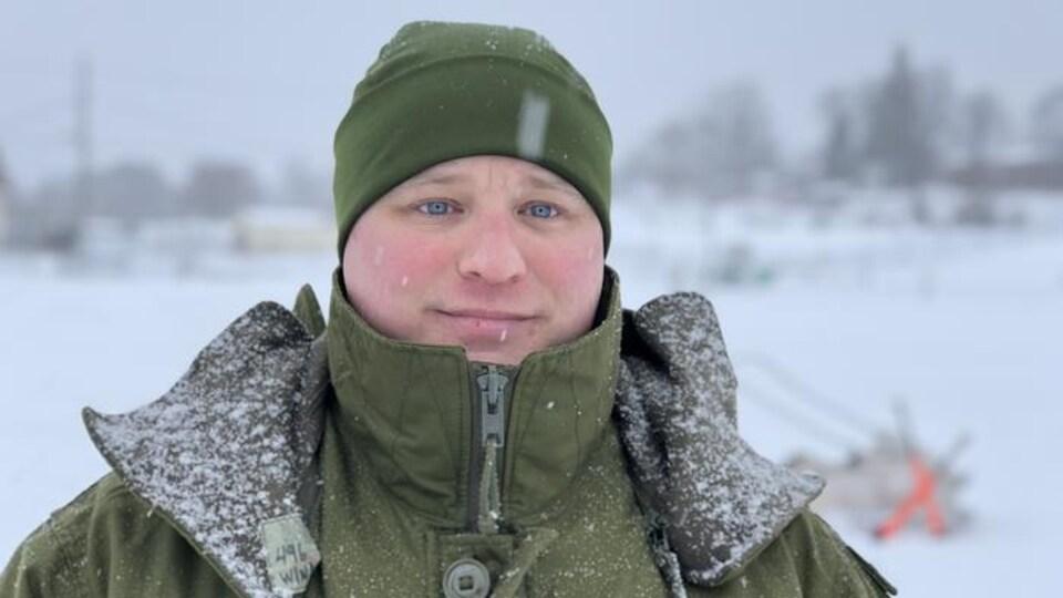 Un militaire sous la neige.
