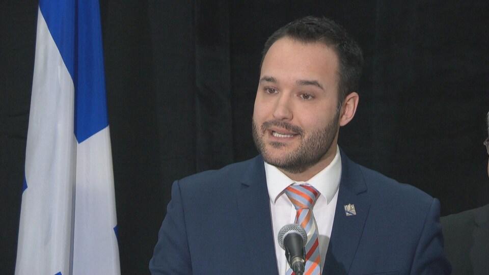 Le ministre Mathieu Lacombe lors d'un point de presse.