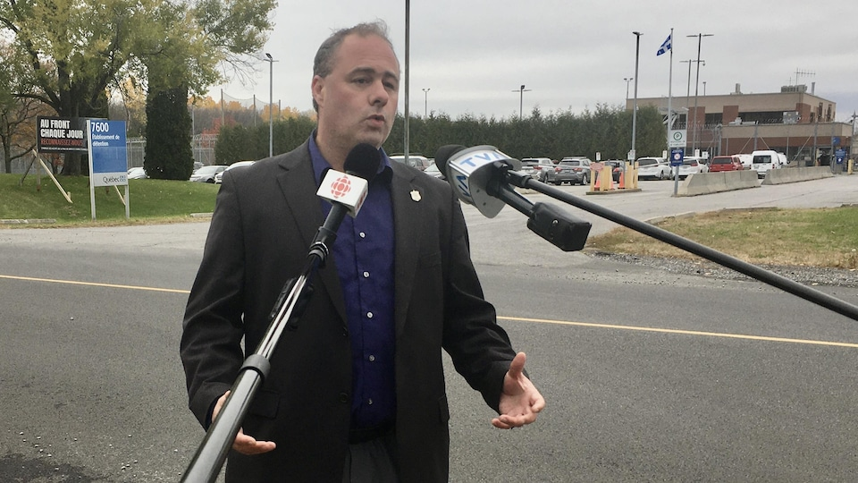 Le président syndical national Mathieu Lavoie devant la prison de Trois-Rivières.