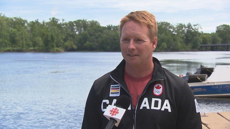 Mathieu Pelletier au micro de Radio-Canada devant la rivière Saint-Maurice.