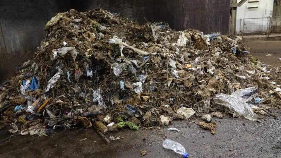 Des déchets organiques avec plusieurs contaminants en plastique.