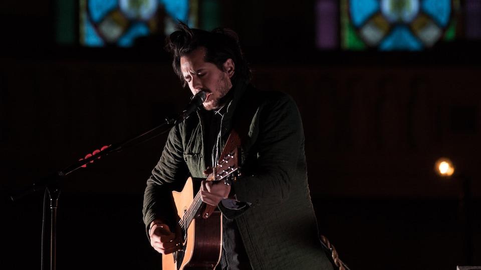 Matt Holubowski chante dans l'église Sainte-Thérèse.