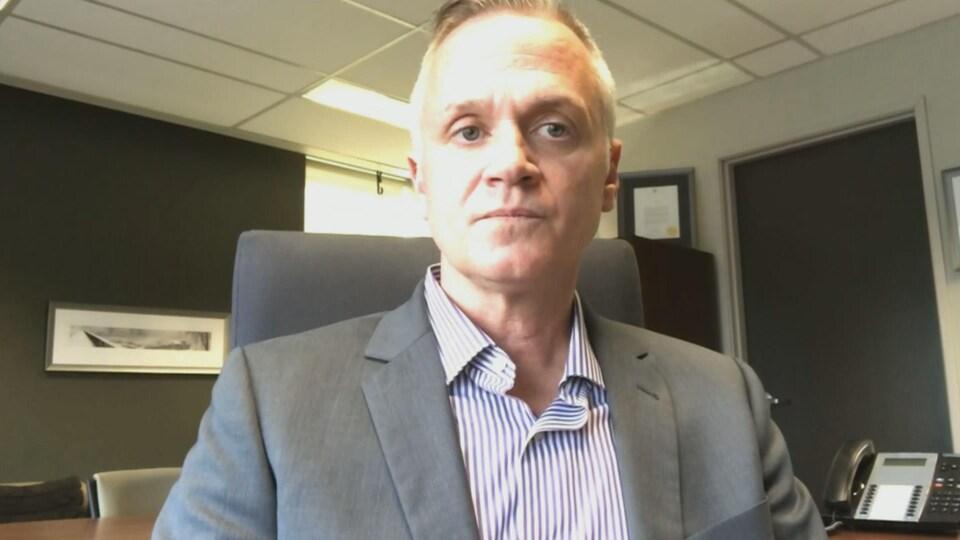 Matt Skof, le président de l'Association des policiers d'Ottawa, accorde une entrevue via vidéoconférence.