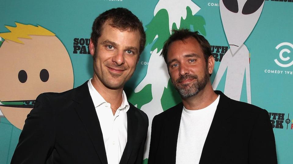 Matt Stone et Trey Parker esquissent un sourire pour les photographes sur le tapis rouge.