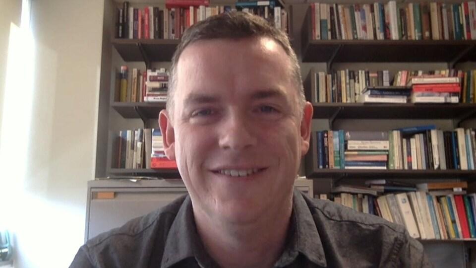 Matthew Hayday, professeur d'histoire à l'Université de Guelph, dans son bureau