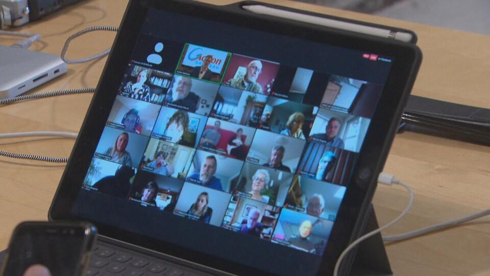 Plusieurs personnes sont connectées à une réunion Zoom, peut-on voir sur une tablette électronique.