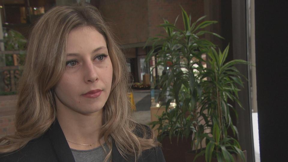Maude Marquis-Bissonnette en entrevue avec Radio-Canada à la Maison du citoyen de Gatineau.