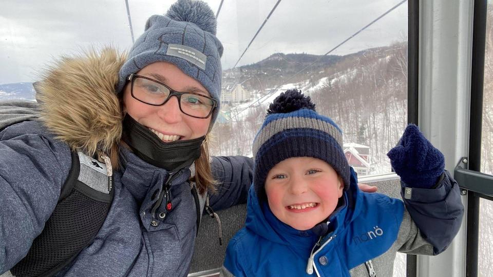 Une mère et son fils sont dans une télécabine au Mont-Tremblant.
