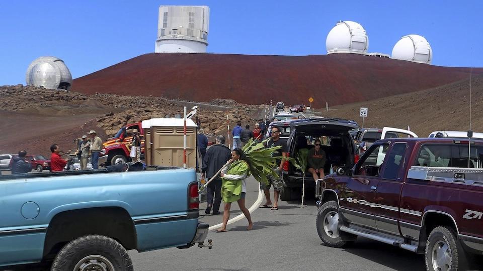Des voitures et des Autochtones bloquent la route qui mène au Mauna Kea.