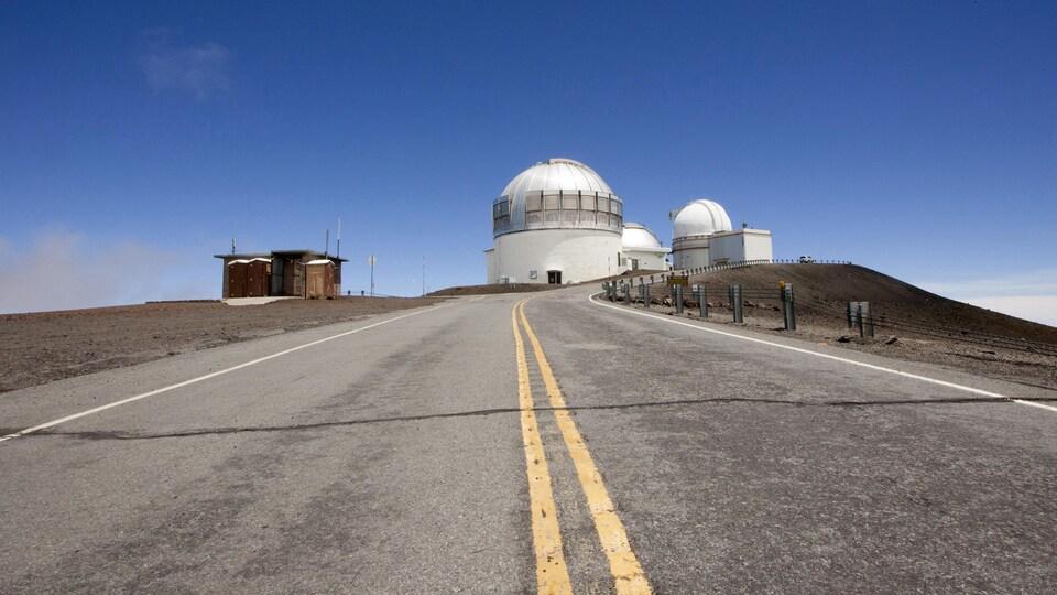 Plusieurs télescopes sont visibles au bout d'une route située dans l'État d'Hawaï, aux États-Unis.