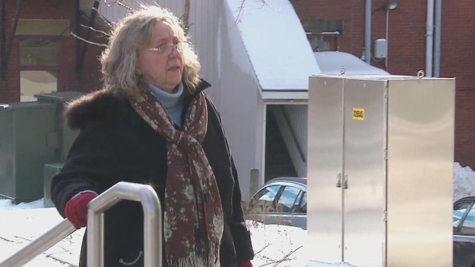 La secrétaire de Richard Oland, Maureen Adamson, alors qu'elle arrive au palais de justice de Saint-Jean, le 21 novembre, pour son témoignage.