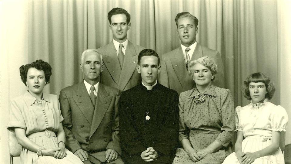 Photo de famille lors de l'ordination en 1951.