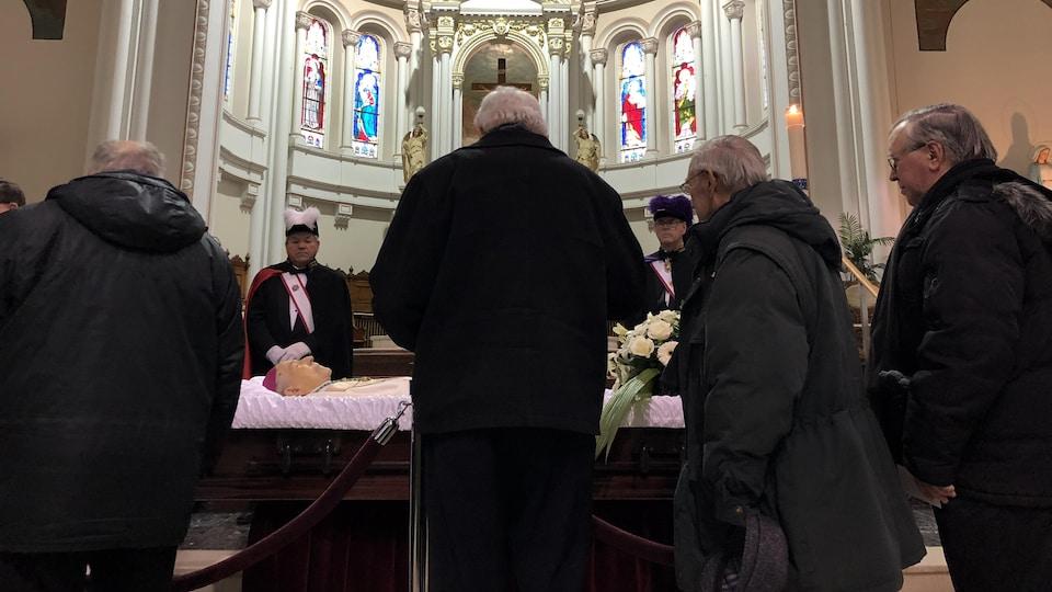 Des dizaines de personnes ont rendu hommage à Mgr Maurice Couture.