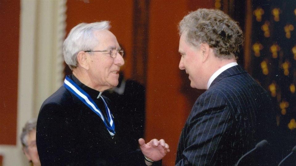 Mgr Couture reçoit l'Ordre national du Québec des mains du premier ministre Jean Charest le 28 octobre 2003