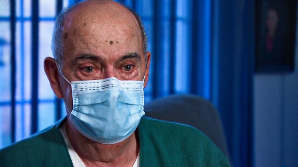 Gros plan sur le visage d'un homme qui porte un masque.