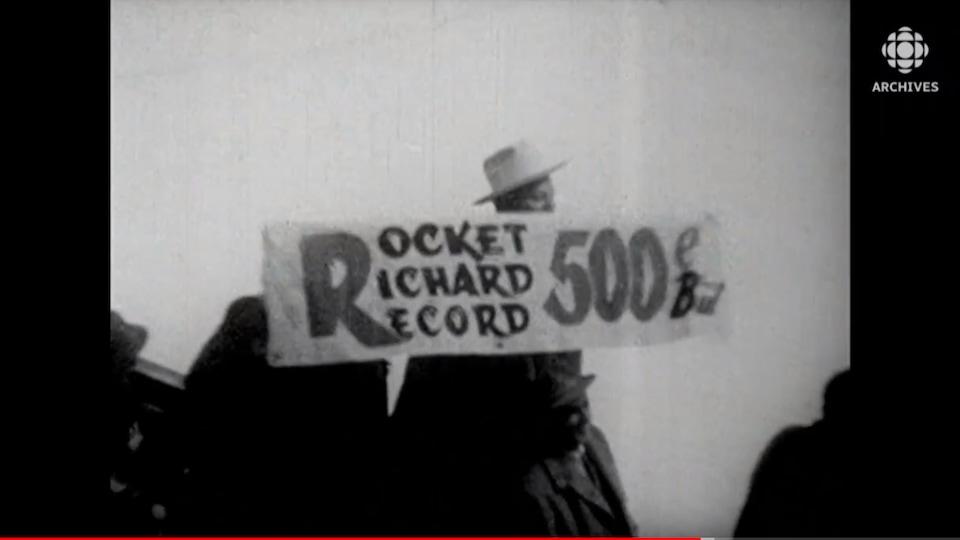Un spectateur tient une banderole avec l'inscription Rocket Richard record 500e but