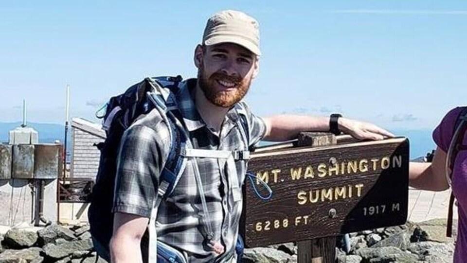 Un jeune homme au sommet du mont Washington.