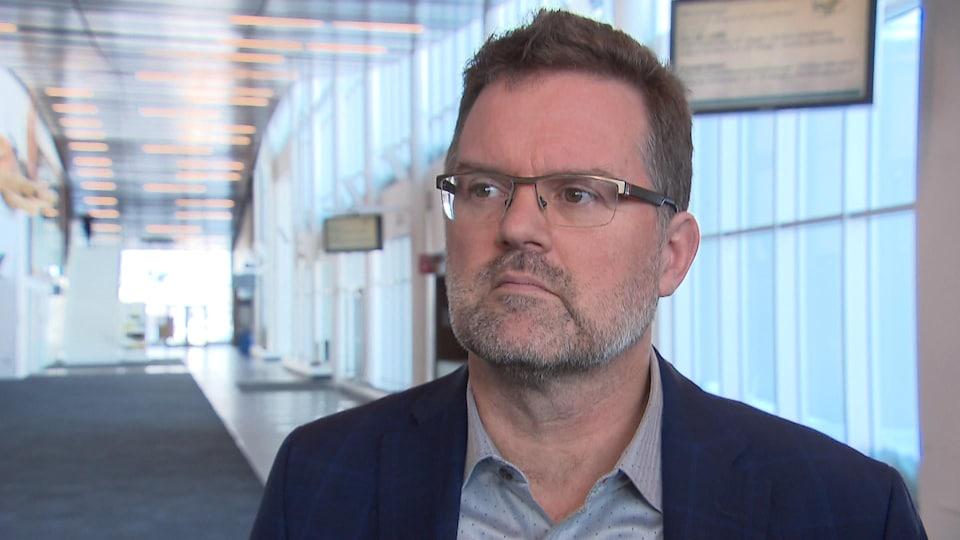 Maxime Pedneaud-Jobin répond aux questions des journalistes lors d'une mêlée de presse au Centre de congrès et d'expositions de Lévis le 22 février 2019.