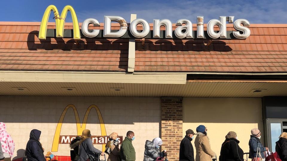 Une file devant un restaurant McDonald's.