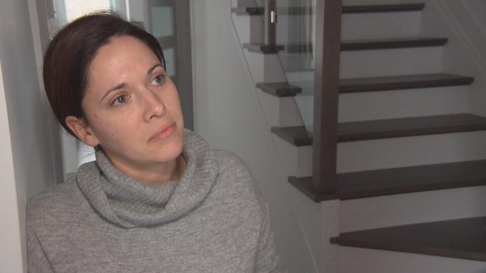 Karla McFadden répond aux questions d'une journaliste.