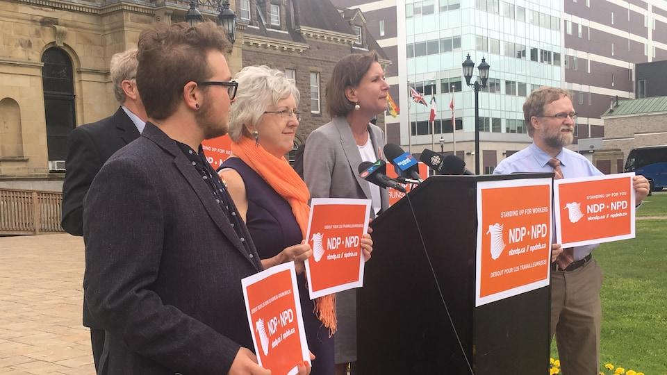 Jennifer McKenzie, souriante, entourée que quelques partisans portant des pancartes du parti