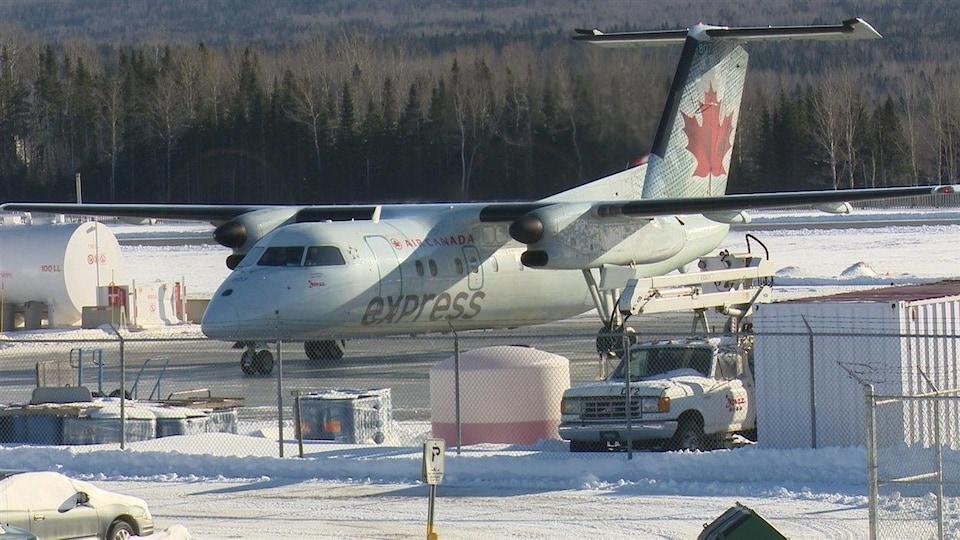 Un avion d'Air Canada à l'aéroport de Gaspé