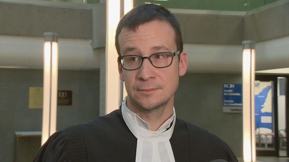 Me Hugo Breton répond aux questions des journalistes du palais de justice de Québec.