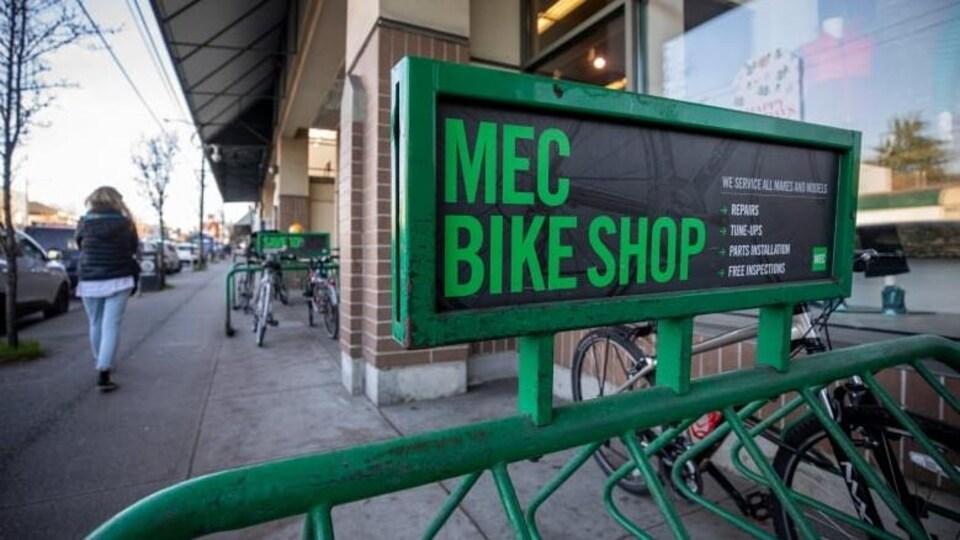 Support à vélos vert de MEC.