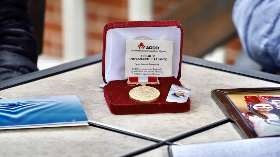 Une médaille posée sur une table.