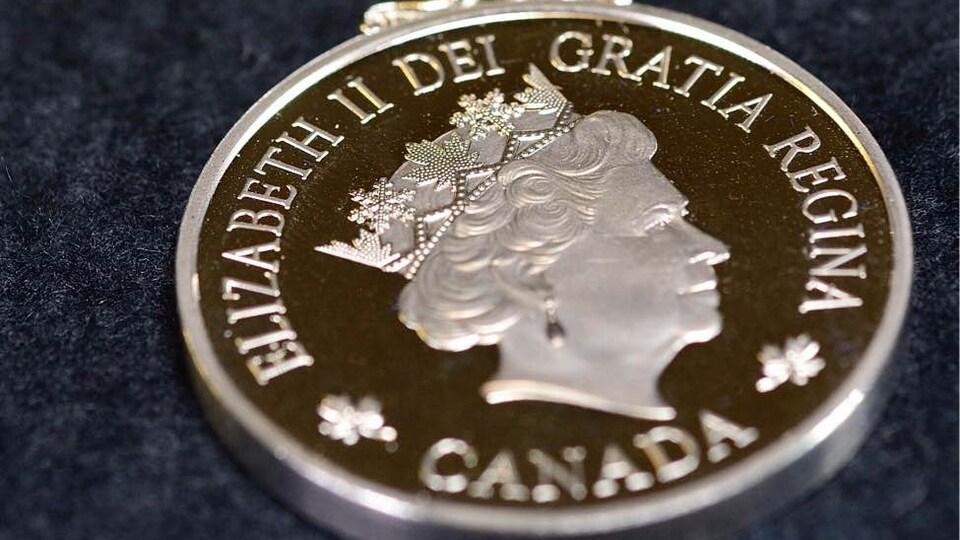Une médaille à l'emblème de la reine Elisabeth.