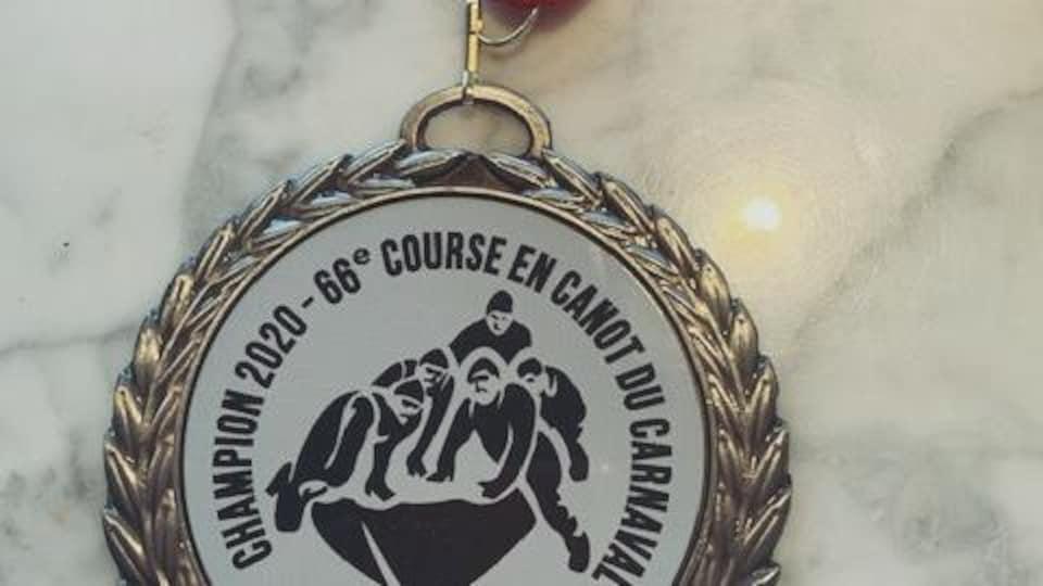 La médaille reçue par Stéphanie Drouin pour sa première place, samedi.