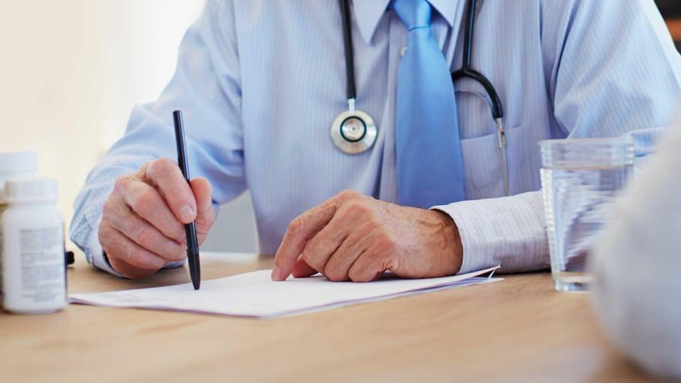 Un médecin qui écrit.