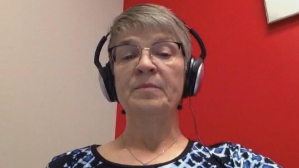 On voit la Dre Sheila Harding en conférence Skype avec la presse.