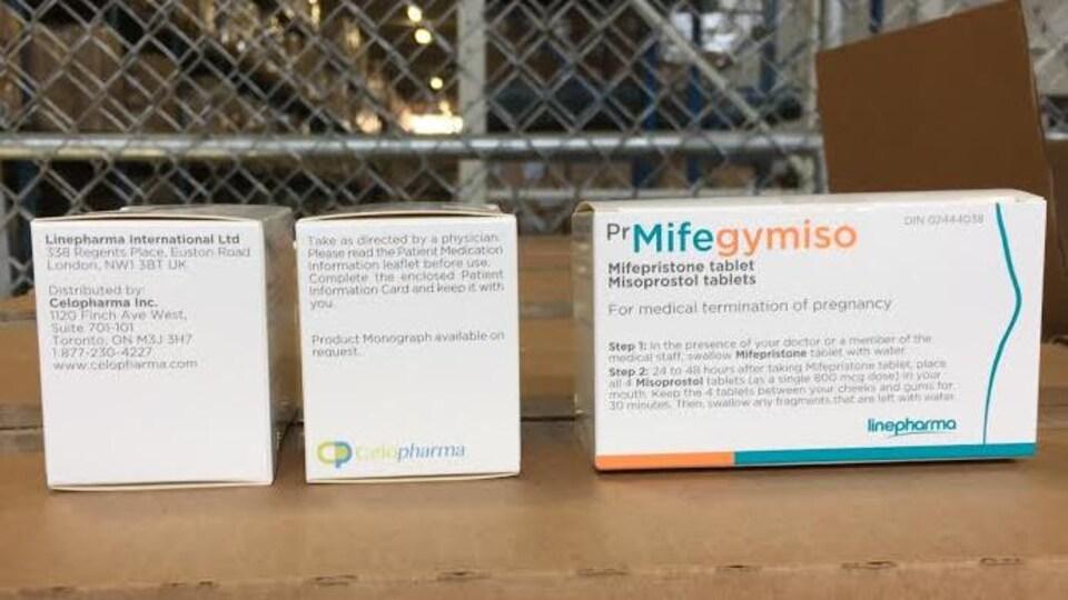 Des boîtes de médicaments dans un entrepôt