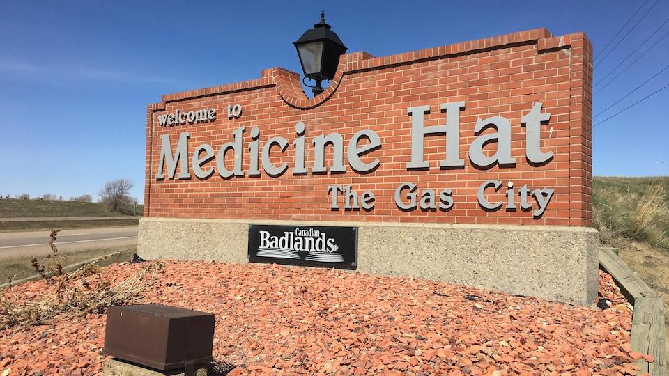 Une pancarte à l'entrée de la ville de Medicine Hat.