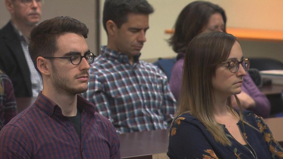 Des étudiants de la faculté de médecine de l'Université de Montréal, campus de Trois-Rivières, les yeux fermés, en pleine séance de méditation.