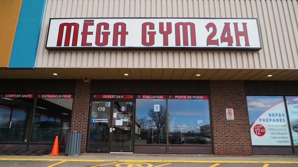 La façade du Méga Fitness Gym de Québec.