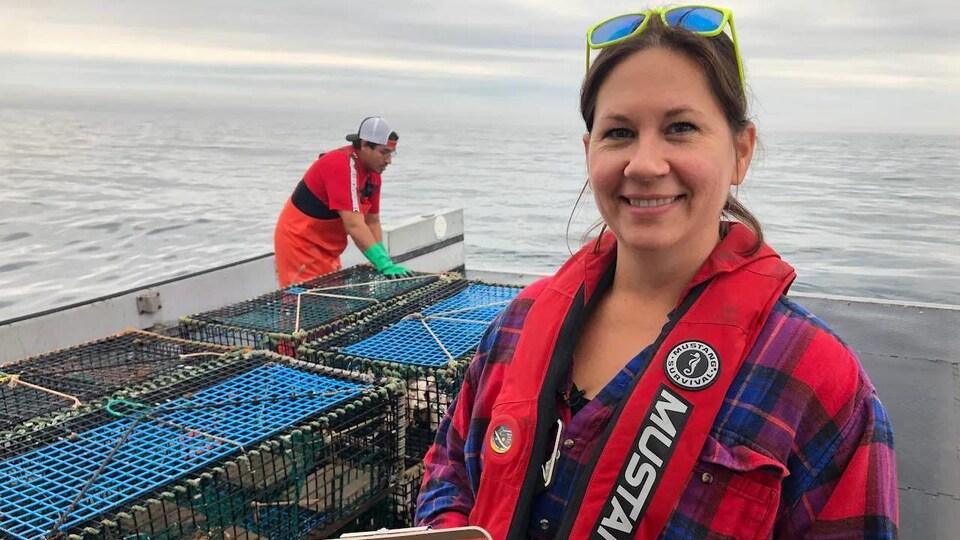 Megan Bailey près de casiers à homard.