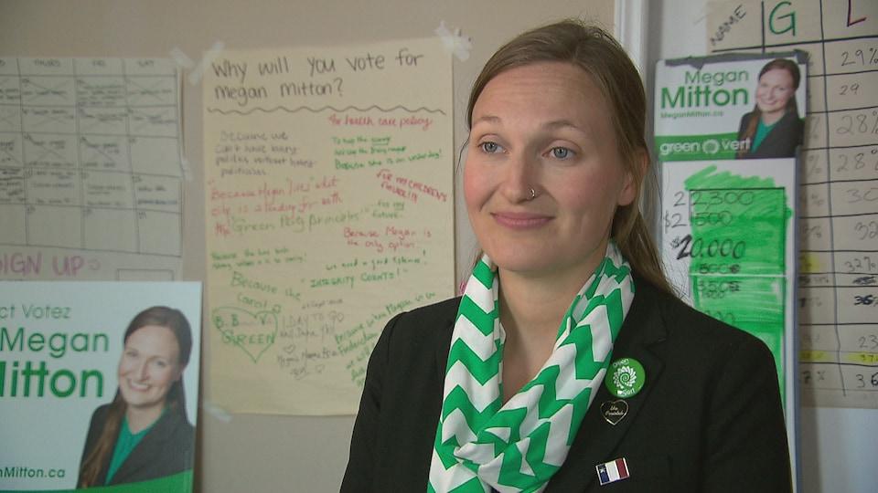 Megan Mitton en entrevue avec une journaliste.