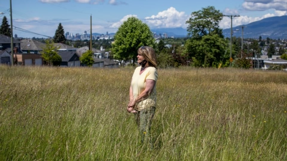 Megan Watson dans l'herbe haute.
