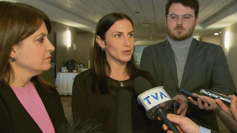 Méganne Perry Mélançon et Véronique Hivon devant des micros parlent avec des journalistes