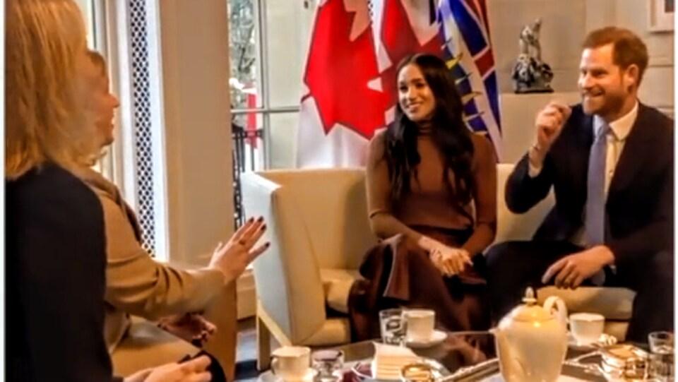 Le Prince Harry et son épouse Meghan Markle prennent le thé avec la Haute-Commissaire du Canada au Royaume-Uni Janice Charette.