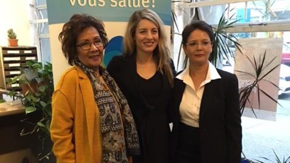 La député vancouvéroise Edy Fry, la ministre du Patrimoine Mélanie Joly et la présidente de la fédération des francophones Padminee Chundunsing posent pour les caméras.