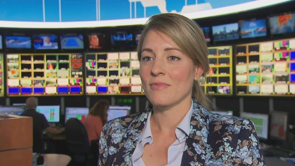 Mélanie Joly devant les écrans du centre de l'information de Radio-Canada.